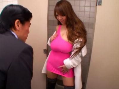 「こんな大きいオッパイ。見たことある?」男子トイレで男漁りをする超乳ボディコンお姉さん Hitomi