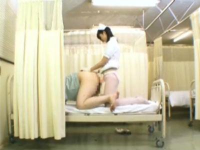 「直接、患部に塗りつけるの」医療器具として認可されたペンバンで患者のアナルに挿入するナース