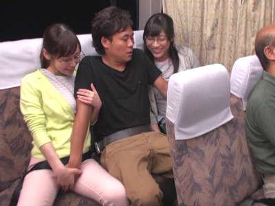 深夜の長距離バスでお姉さん2組にエッチなイタズラされました 篠田ゆう 春原未来