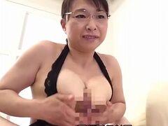 時田こずえ 官能的なエロ下着で若い男を誘惑しフェラやベロチュー手コキ、パイズリで痴女る巨乳熟女!