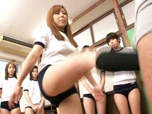 女教師指導の下ブルマの女生徒たちが金玉を蹴り上げる金蹴り授業