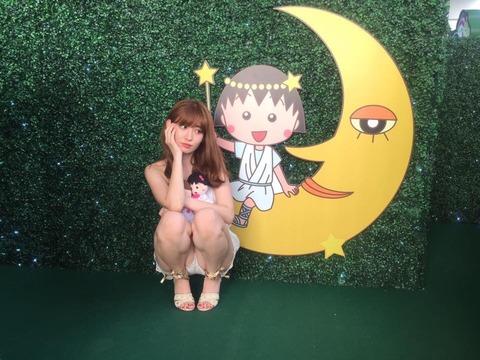 【朗報】小嶋陽菜さん(28)のスジ丸見え画像がエロい