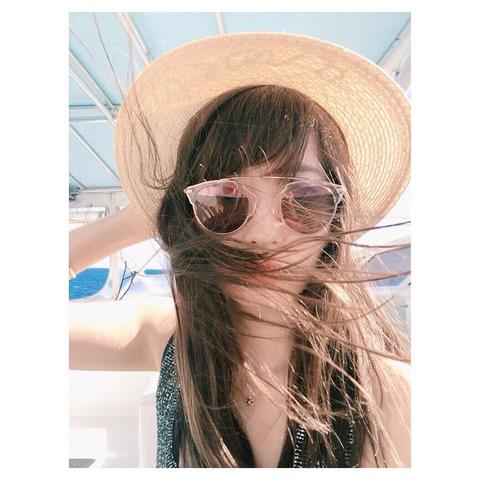【AKB48】メンバーが連日レッスン・リハーサルを行う中ハワイを満喫するセレブ芸人小嶋陽菜
