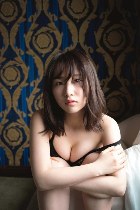 【AKB48】高橋朱里ちゃんが「週刊SPA!」でブラジャー外して胸を手で抑えて下乳露出してたんだが!