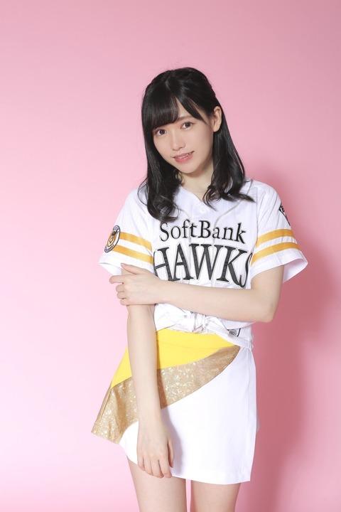【悲報】北海道出身のHKT48運上弘菜さん、ホークスVS日ハム戦でホークスのユニホームを着て始球式をやらされるwww