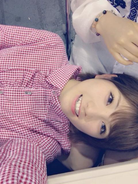 【AKB48】岡田奈々と村山彩希がまた写メ会中に隠れてイチャつく、今度は膝枕