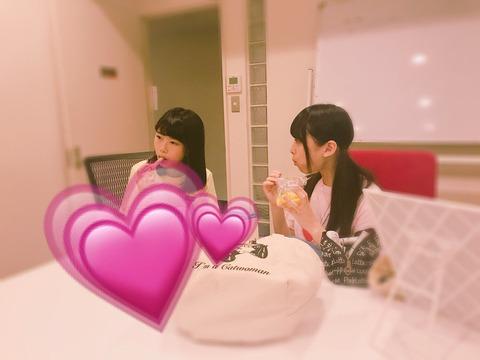 【AKB48】武藤十夢(22)に食べ物を分けてあげる久保怜音ちゃん(13)と千葉恵里ちゃん(13)www