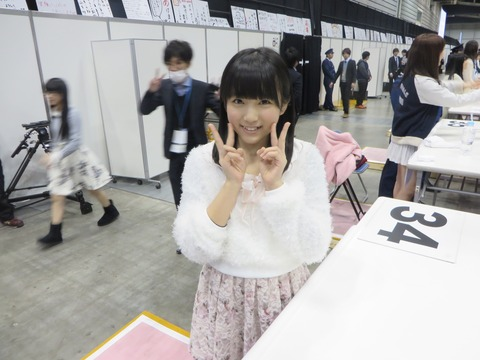 【悲報】握手会で矢吹奈子とツーショット写真を撮る輩が現る