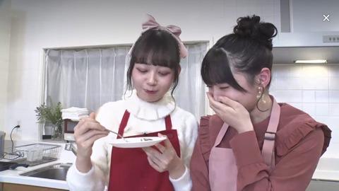 【悲報】AKB48久保怜音ちゃん、自分で作ったスイーツが不味すぎて耳が真っ赤にwww
