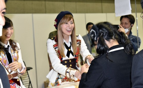 【朗報】SKE握手会で松井珠理奈と大矢真那のレーンに現役メンバーがヲタと一緒に並ぶwww