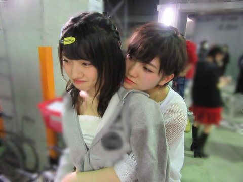 【画像あり】岡田奈々と村山彩希がコンサート中に隠れて立ちバック・・・