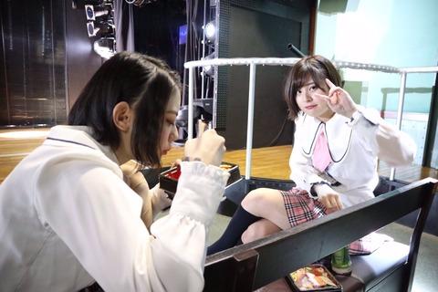 【AKB48】メンバーって 劇場の客席で昼食とってんの?
