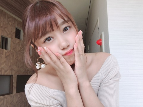 【悲報】元NMB48沖田彩華さん左手薬指の指輪を披露www