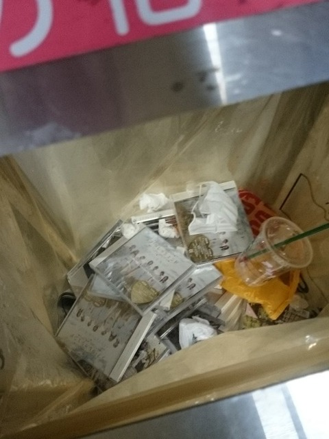 【悲報】SKEオタ、握手会会場で買ったCDを海浜幕張駅のゴミ箱に廃棄