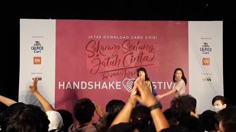 JKT48の握手会でヲタがメンバーに靴を投げつけ会場が騒然