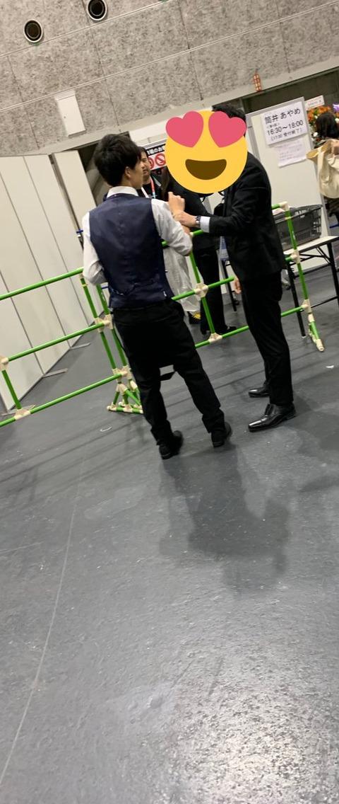 【悲報】乃木坂オタ、握手会での録音がバレて取り押さえられるwwwwww