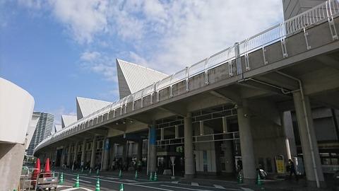 【AKB48】キモヲタが握手会受付のお姉さんにLINEIDを渡して繋がろうと画策www
