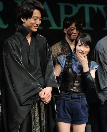 川栄李奈と浅香航大、会見で交際報道を否定せず笑顔でツーショット