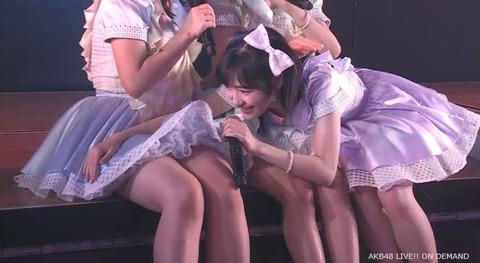 【悲報】アイドル公演のステージに痴漢・露出行為をする厄介ヲタが乱入