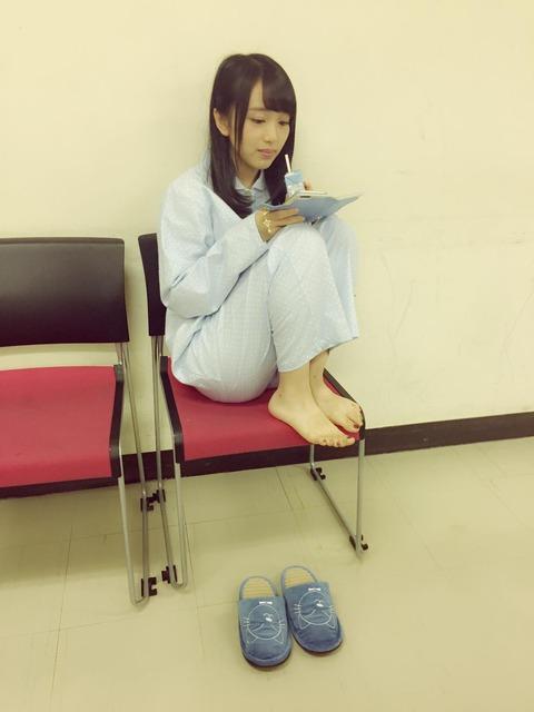 【AKB48】椅子に体育座りするみーおんが可愛い【向井地美音】
