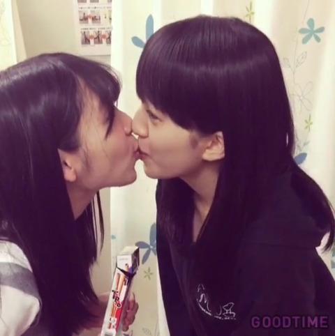 【動画あり】松岡菜摘と田島芽瑠がトッポゲームを口実にがっつりキスwwwwww