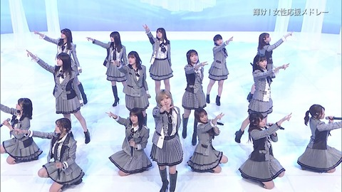 【悲報】池田エライザさん、AKB48の歌唱中に「死んだ目」になる・・・