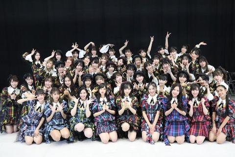 【悲報】AKB48メンバー、人生最後の紅白出演を外国人に邪魔される