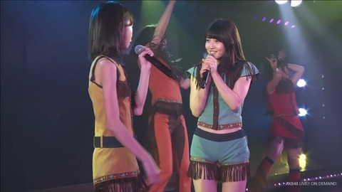 【悲報】ゆいりーのエロ衣装がスレたてたアホとまとめた馬鹿のせいでスカートに変更【AKB48・村山彩希】