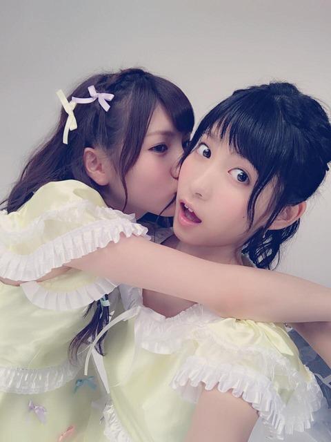 【悲報】谷口めぐが遂に岡田奈々にキスをされる