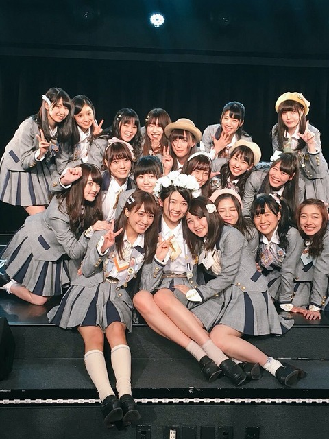 【悲報】谷真理佳、チームE卒業公演後の記念撮影でも笑顔がなく微妙な距離感