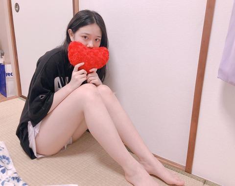 【朗報】SKE48の16歳JKメンバーが素足のついでにうっかり純白パンツを見せてしまうw