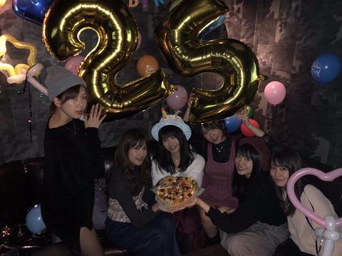 【朗報】高橋朱里さん、AKB48G総監督の誕生日をパンチラで祝うwww