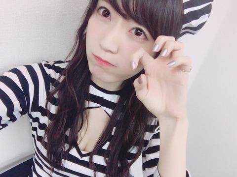 【朗報】松井咲子さん、生配信番組で谷間(?)が見えまくる