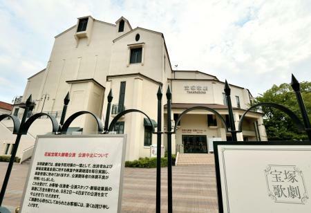 【悲報】宝塚の出演者クラスター発生で劇場公演再開は絶望的か?