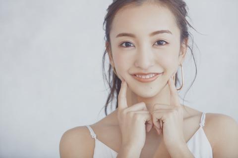 【悲報】元AKB48の板野友美さん、YouTubeで1300人収容の会場でのライブ開催を告知するも再生回数が1ヶ月で400回・・・