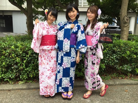 【AKB48】福岡聖菜が巨乳メンバー2人を脇に従えてセンターに立つ画像・・・【向井地美音・込山榛香】