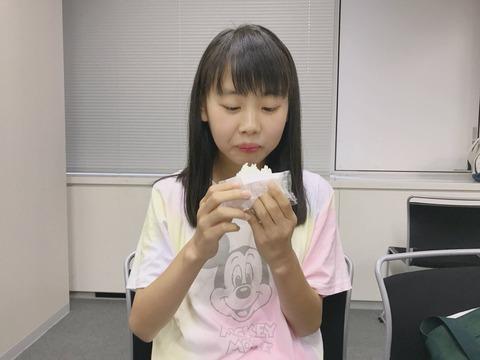 【AKB48】塩むすびを食べる御供茉白(みともましろ)ちゃん12歳が可愛すぎる【チーム8】