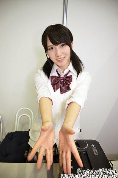 【悲報】女子高生と握手した男が逮捕される
