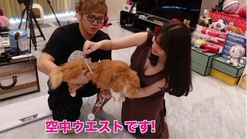 【画像】ヒカキンさん、小嶋陽菜(32)の大胆胸元に釘付けwwwwww