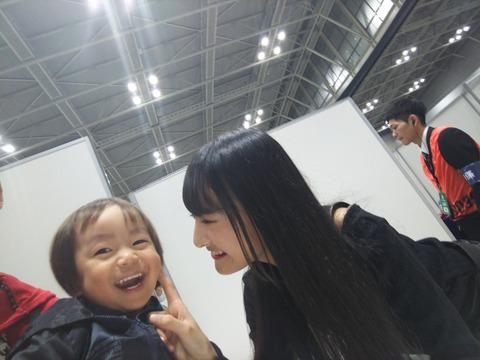 【悲報】NMB48岡本怜奈たんが写メ会でヲタの顔に触れるルール違反発覚www
