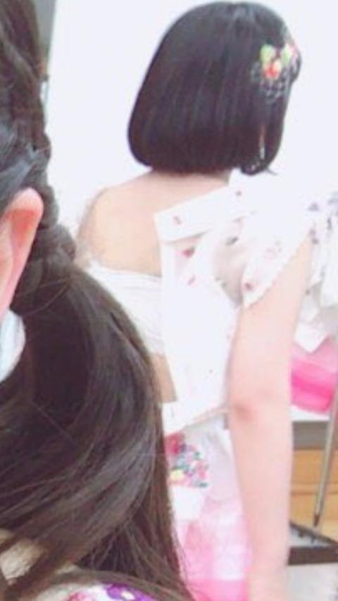【画像あり】AKB48矢作萌夏がサラシを巻いてπを潰してる着替え姿が写り込むwww