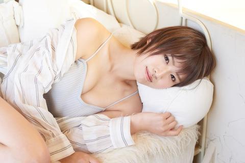 【AKB48】チーム8佐藤朱ちゃんのグラビアキタ━━━(゚∀゚)━━━!!【谷間あり】