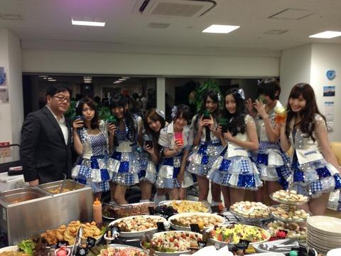 AKB48の食事休憩=銀座の高級ケータリング 乃木坂46の食事休憩=メンバー手製の豚汁
