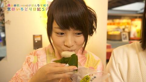 【キャプ画像】川栄「なんか桜の味する」横山「名前知ってる?これの、お餅の」川栄「おはぎ」【京都食い倒れ紀行】