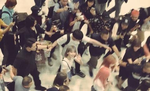 【画像】IZ*ONE宮脇咲良さんがプロ過ぎると日韓で話題にwwwwww