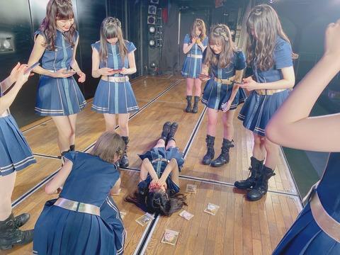 【邪教】AKB48劇場で何やら怪しげな儀式が執り行われた模様・・・