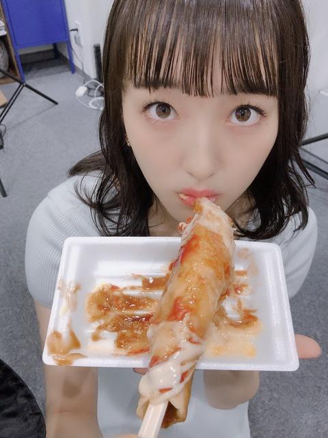 【画像】HKT48田島芽瑠ちゃん、白濁液のかかった棒状のものを食べてしまう!