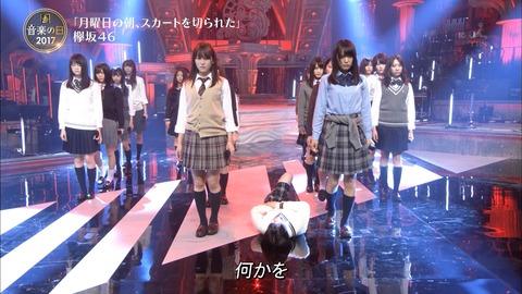 欅坂46って大人に反抗してるのか知らんけどなんでいつも変なダンス踊ってるの?