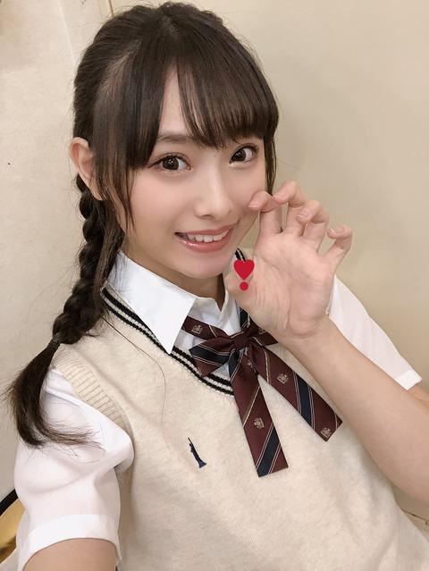 【朗報】NMB48梅山恋和ちゃんが街中で突然おへそを露出する動画を公開!!!