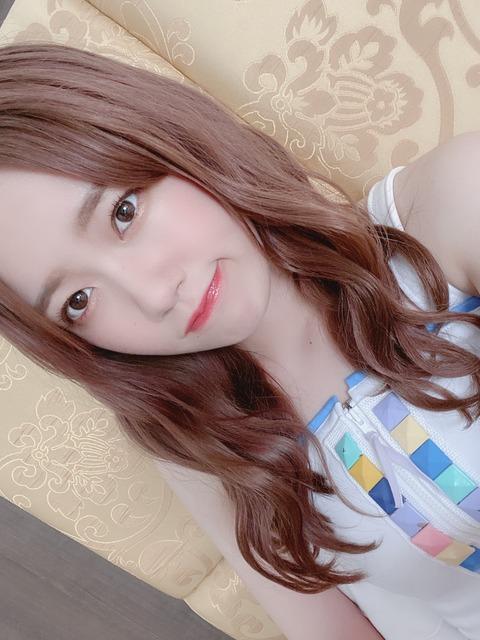 【AKB48】チーム8服部有菜のTシャツの袖から生ワキとブラジャーが丸見えw